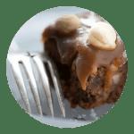 Opskrift på Brownie med karamel og nødder
