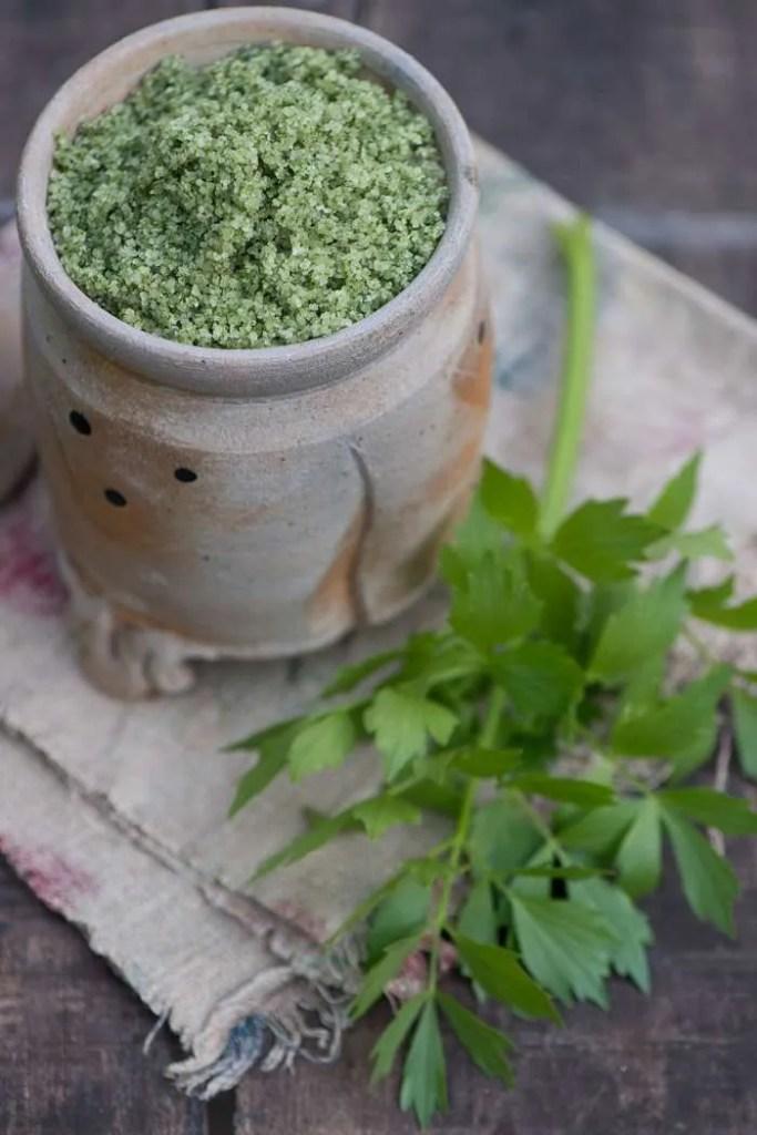 Hjemmelavet kryddersalt med løvstikke