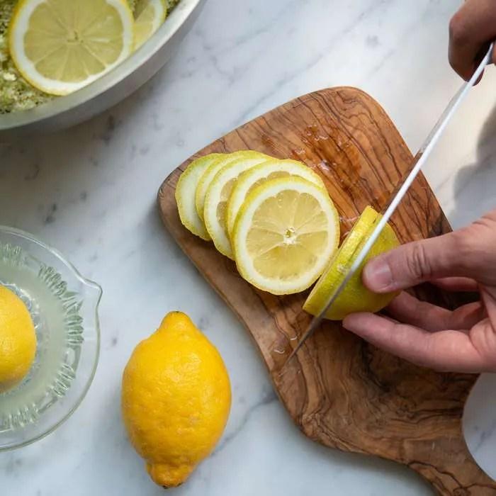 Citroner skærpes i skiver til hyldeblomstsaft