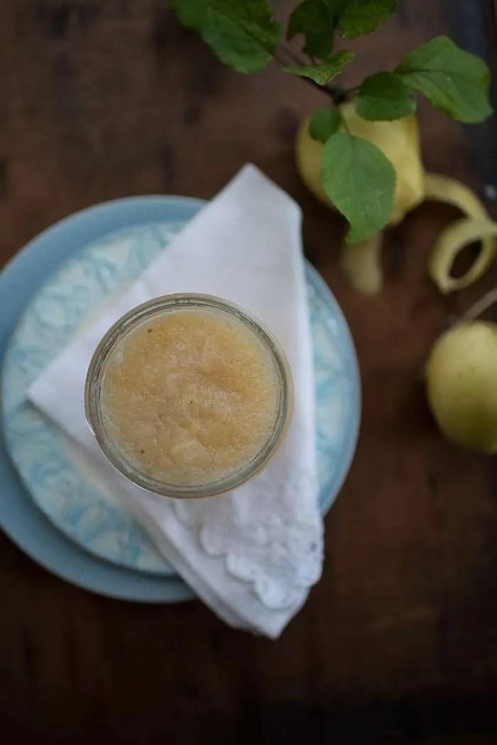 Æblemos smager fantastisk og er nemt at lave. Kan både spises som æblegrød eller bruges i kager og desserter. Æblemos fryser desuden godt så det er en god måde at få brugt efterårets overskud af skønne æbler. Opskrift fra Marinas Mad. Der er også links til kager der kan laves med æblemos.