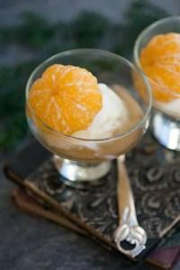 Mandariner marineret i sirup med julekrydderier.