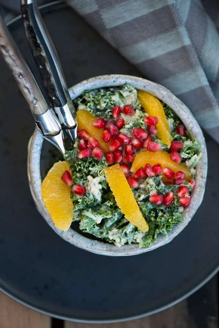 Grønkålssalat med appelsin og granatæble. En opskrift fra Marinas Mad