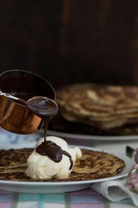 Nem opskrift på chokoladesovs til pandekager med is