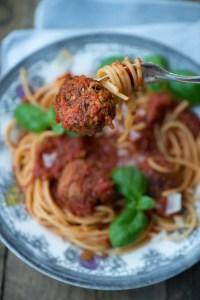 Lækre kødboller i tomatsovs. Nem og dejlig opskrift fra Marinas Mad