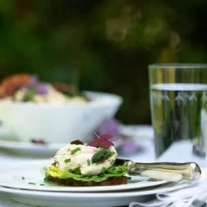 Hjemmelavet hønsesalat med friske asparges