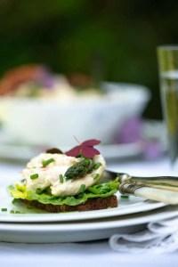 Opskrift på hjemmelavet hønsesalat med bacon og grønne asparges.