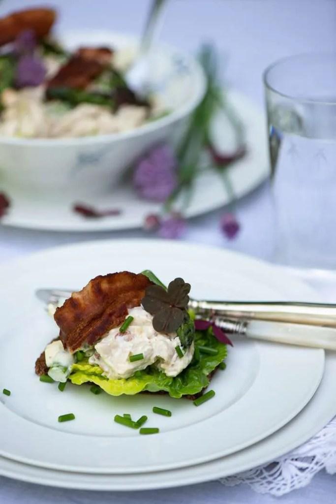 Opskrift på hønsekødssalat med friske grønne asparges.
