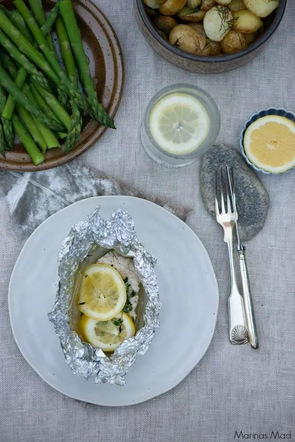 Fisk med hyldeblomst og citron bagt i en sølvpapirs pakke i ovn eller på grill. Simpelthen skøn sommermad, der smager af sommer og er så nemt og hurtigt at lave. Opskrift på hurtig aftensmad fra Marinas Mad