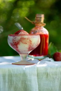 Is med hjemmelavet jordbærsirup