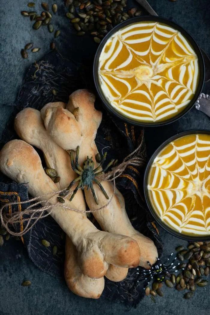 Halloween mad med suppe og brød knogler