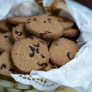 Opskrift på nemme småkager med lakrids og tranebær fra Marinas Mad