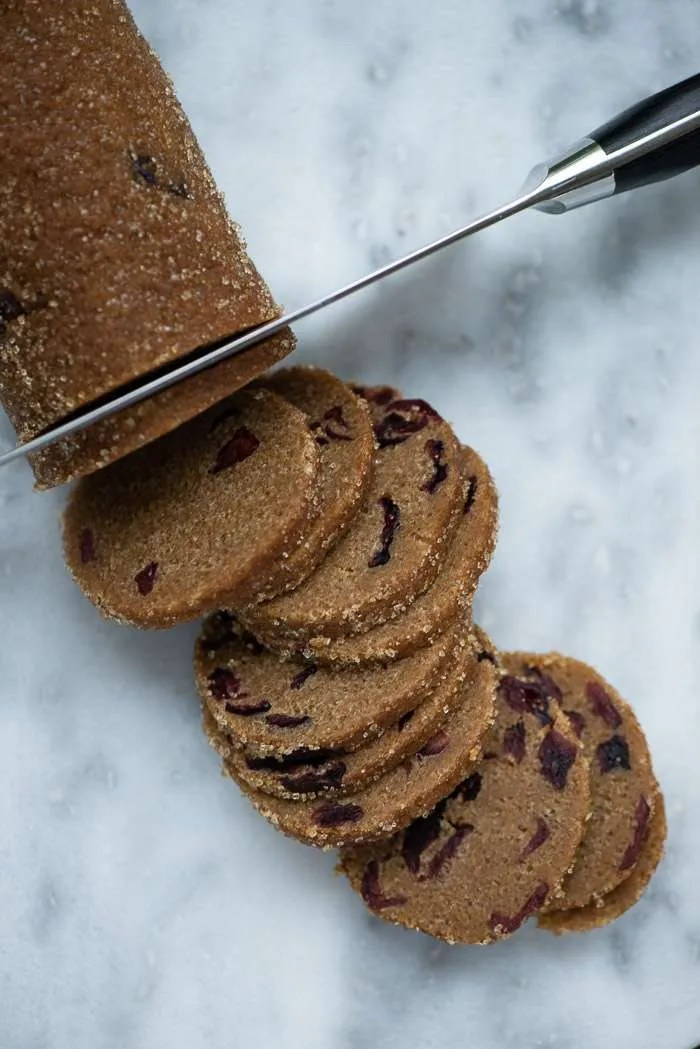 Nemme lakrids småkager der skæres af en dejpølse