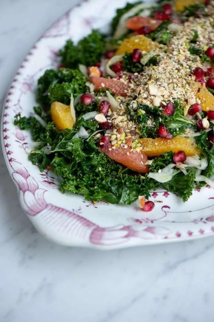 Sund og lækker kålsalat med dukkah og granatæble