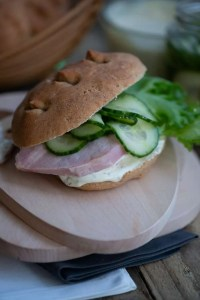 Hjemmelavet sandwich med hamburgerryg og agurkesalat