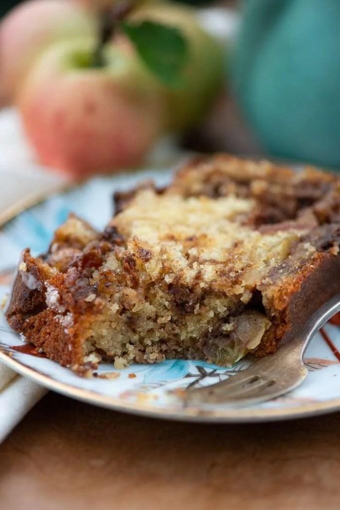 Kage med æblestykker, kanel og farin