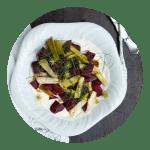 Opskrift på rødbedesalat med limecream og bagte forårsløg
