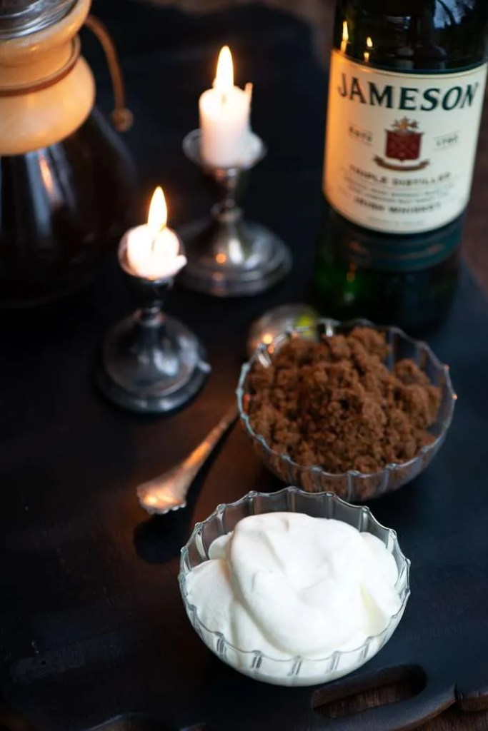 Flødeskum, sukker og whisky til Irish Coffee