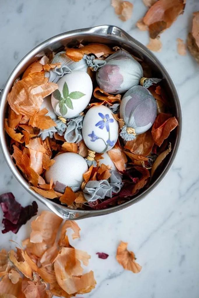Æg koges med løgskaller