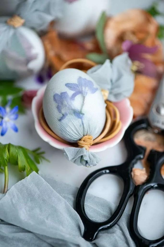 DIY på æg med naturfarver og blomstertryk