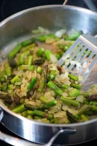 Bløde løg og meget let stegte asparges på panden