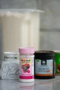 Billede af Cream of tartar, vanilje og godt kanel. Man kan også lige ane dåsen med natron i baggrunden
