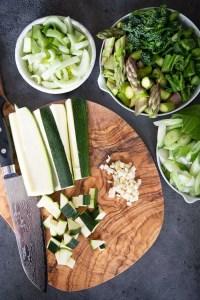 Grøntsager skåret ud til grøntsagsbiksemad
