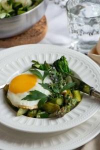Biksemad af grøntsager og toppet med spejlæg