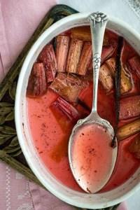 Halvdelen af de bagte rabarber er spist og man kan se vaniljebælgen der ligger tilbage med de sidste rabarber. Man kan også se den smukke røde rabarbersirup med alle vaniljekornene.