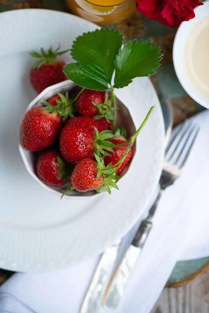 Skål med jordbær til min madplan med sommerferie mad