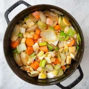 Her ses alle grøntsagerne i gryden