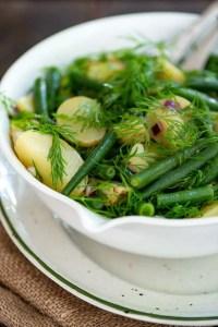 Den bedste kartoffelsalat med grønne bønner i en skål klar til middagsbordet.