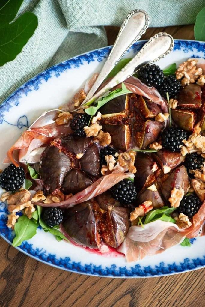 EN forret med bagte figner og brombær