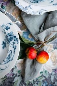 Bordet er dækket op til dejlig mad i septemper. Små miniæbler og tallerkner med efterårsmotiver