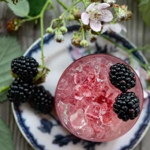 Opskrift på Bramble cocktail med brombær