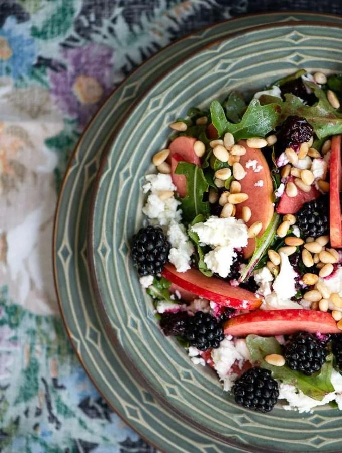 Opskrift på salat med brombær og æble
