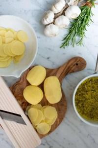 Kartofler skæres i tynde skiver til de lækreste taglagte kartofler