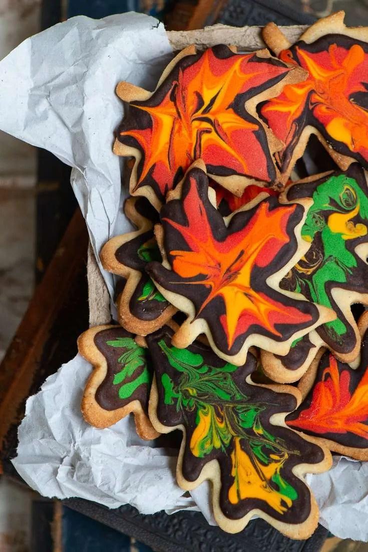 En kassefuld af smukke småkager pyntet som efterårsblade