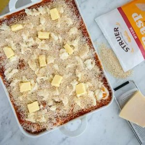 Her står lasagnen og er klar til ovnen