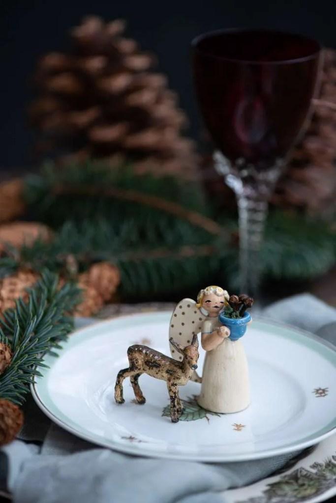 Årets første julebord er pyntet med store grankogler og gammel julepynt