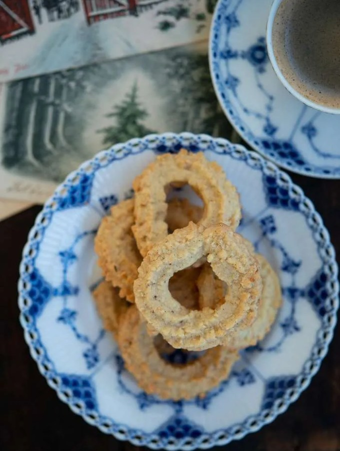 Danmarks bedste vaniljekranse serveret på en musselmalet tallerken med gamle julekort og kaffe