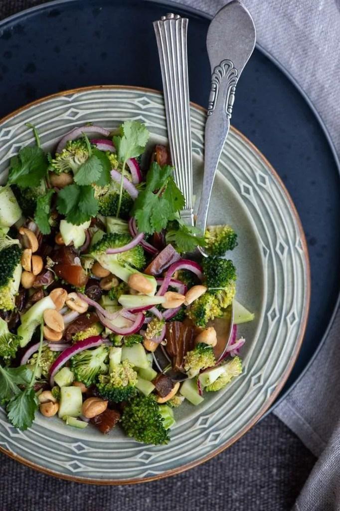 Den sunde og lækre broccolisalat i en skål