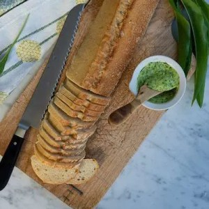 Her kan man se de tynde skiver brød der skal bruges