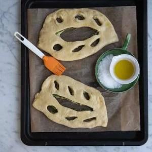 Her bliver brødene penslet med olie umiddelbart inden de sættes i ovnen