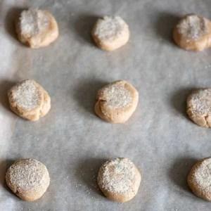Ingefærcookies fordelt på bagepladen