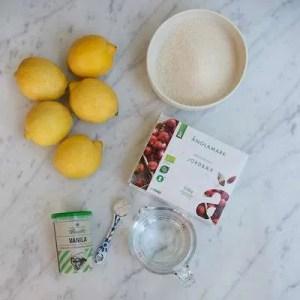 Her kan man se alle ingredienserne til jordbærlemonaden: citroner, rørsukker, jordbær, vand og vaniljesukker