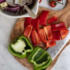 Peberfrugt skæres i store tern til grillspydene