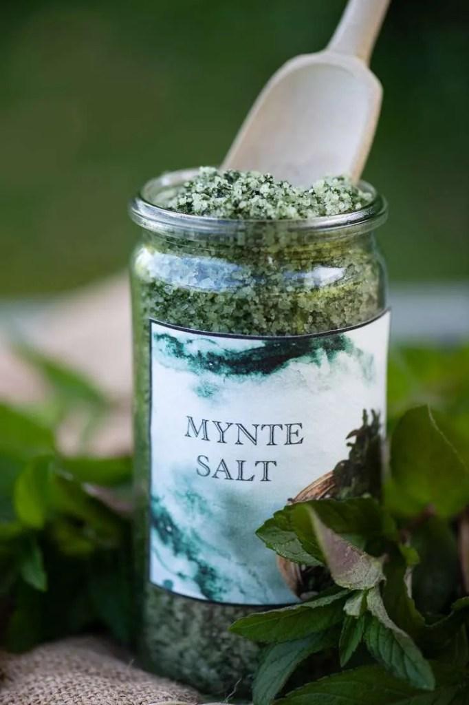 Et glas hjemmelavet mynte salt