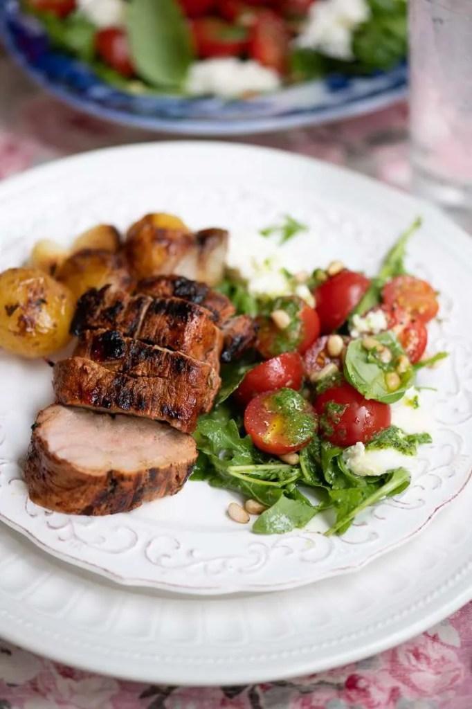 Her er den barbecue marinerede svinemørbrad serveret med en lækker tomatsalat