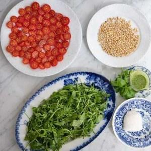 Her kan man se alle ingredienserne til salaten umiddelbart inden den samles