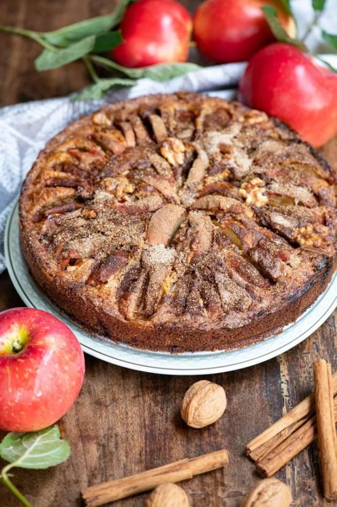 Opskrift på nem æblekage med marcipan og valnødder